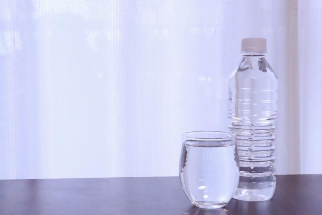 朝起きたらコップ1杯のお水を飲みましょう