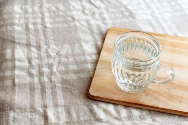 寝る前に白湯を飲む